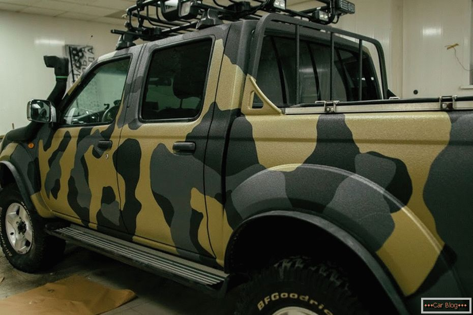 Selbstbemalendes Auto in Camouflage
